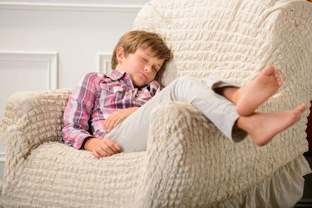 enfant qui dort: Fais de beaux rêves. Joli petit garçon couché dans le fauteuil et se détendre pendant le sommeil