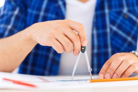 diligente: No hay posibilidad de error. Cerrar p de divisor en manos de profesional independiente diligente haciendo dibujos y sentado en la mesa