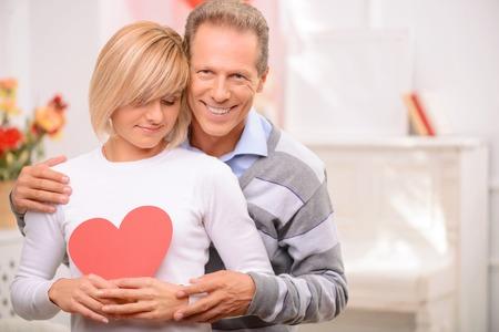 st valentine: Llama de amor. Agradable feliz pareja de adultos de uni�n entre s� extremo expresar sentimientos c�lidos, mientras que la celebraci�n de d�a de San Valent�n