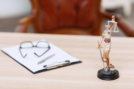 Munkára kész. Folder az asztalon fekvő közel kis szobor az igazság.