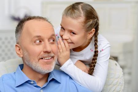 abuelo: Revelar un secreto. Niza abuelo vivaz contar su abuelo información en secreto mientras se relaja junto