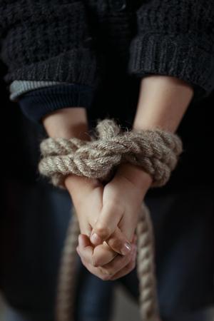 ni�os tristes: Pobre deprimido ni�a con sus manos atadas y cruzando las manos Foto de archivo