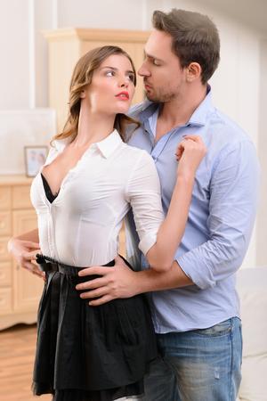 sexuel: Gros plan sur sexuellement attirante jeune femme cherche à bel homme et d'embrasser avec lui tout en flirtant Banque d'images