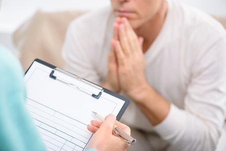 Sagen Sie mir über Ihr Problem. Close up von Ordner in den Händen von professionellen Psychologen es halten und verhören ihre Patienten während der psychologischen Therapiesitzung Standard-Bild - 48725106