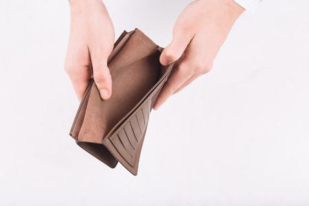 お金がないです。男性の手は何もオープン財布を示します。 写真素材