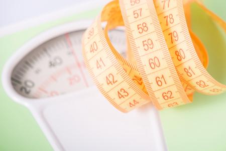 도구를 측정합니다. 저울 위에 누워 오렌지 측정 테이프.