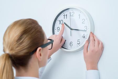 llegar tarde: No llegues tarde. Mujer agradable agradable, sosteniendo su mano en el reloj, mientras que después de tiempo