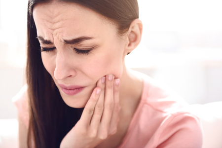 결과를 기다릴하지 마십시오. 치통을하면서 아름다운 아픈 여자가 그녀의 턱을 만지고 잡고 통증을 느낌의 초상화 스톡 콘텐츠