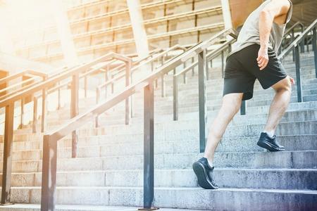 hombres corriendo: Antes de que empezara. joven atlético ir al estadio subir las escaleras antes de tener la formación.