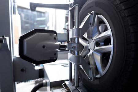 검사하는 동안 정렬 기계 박수로 고정 된 자동차 타이어 닫습니다 스톡 콘텐츠