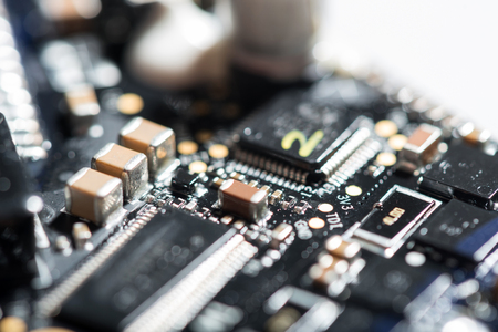 La tecnologia è un hobby. Macro close up of droni chip su sfondo bianco essendo un dettaglio importante. Archivio Fotografico