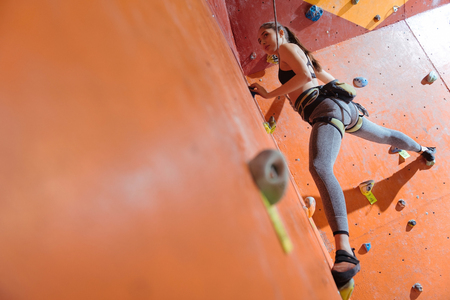 potěšen: Nahoru a dolů, Příjemné potěšené mladé dívky pomocí bezpečného vybavení a lezení v tělocvičně, zatímco si užíváte svého koníčku Reklamní fotografie