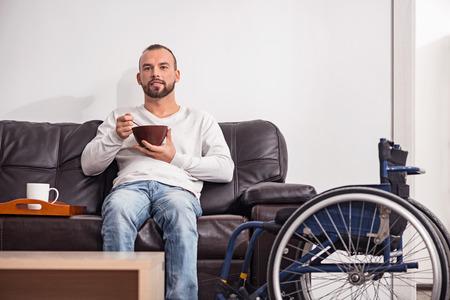 autocuidado: hombre discapacitado joven con desayuno