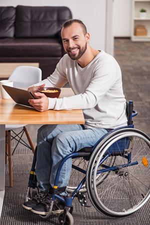 autocuidado: entusiasta hombre discapacitado que tiene una gran mañana Foto de archivo