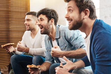 그들의 피자 즐기는 긍정적 인 즐거운 친구