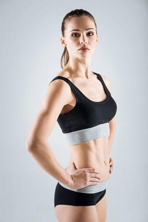 ropa deportiva: Mujer satisfecha que llevaba ropa deportiva
