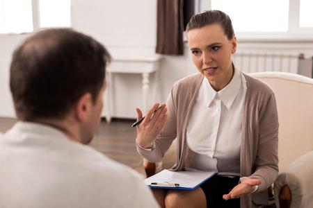 긍정적 인 전문 치료사의 조언 제공 스톡 콘텐츠
