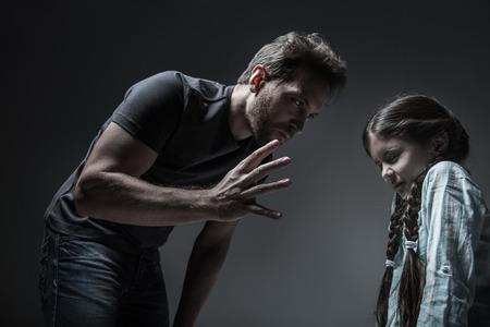 padre crudele fare a colpire la figlia