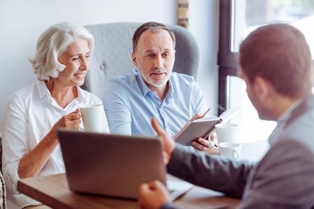 肯定的な高齢者夫婦の保険代理店と相談