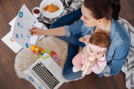 동시에 많은 작업을 관리하는 영감을주는 현대 어머니
