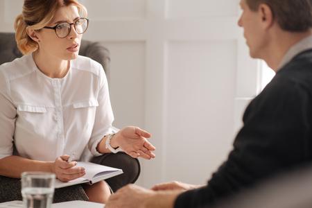 Terapeuta confidente profesional que trabaja con su paciente Foto de archivo