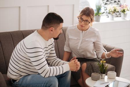 Psicóloga profesional inteligente hablando con su paciente Foto de archivo
