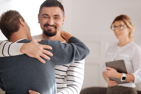 Froher bärtiger Mann, der Zeit mit seinem Freund genießt