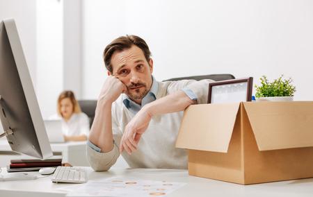 사무실에서 슬픔을 표현하는 희망없는 해고 된 사무실 관리자 스톡 콘텐츠