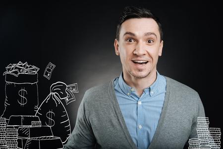 Cheeful knappe man blij na het winnen van de jackpot Stockfoto