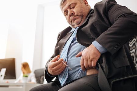 自分自身に毎日注射を与える肥満オフィス ワーカー