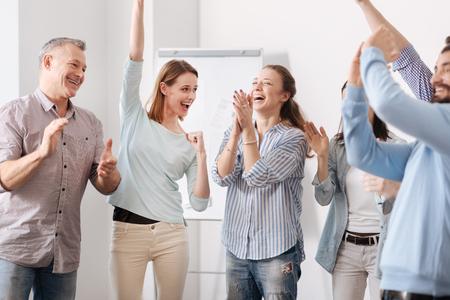 Glückliche Mitarbeiter sind sehr froh Standard-Bild - 75402215