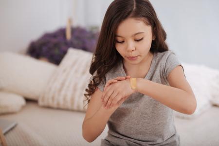Zorgvuldig meisje dat haar gezondheid thuis behandelt