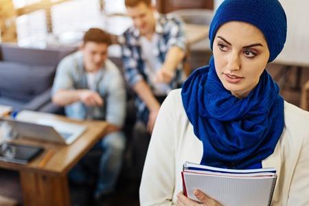 虐待されて快適な美しいイスラム教徒学生 写真素材
