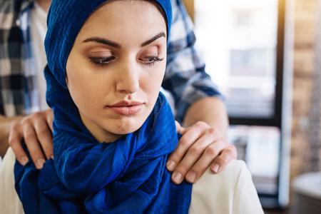 Muslim woman beign herrased by representative of another group 版權商用圖片 - 75574361
