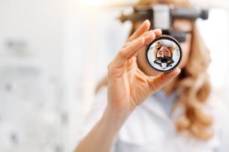 특수 렌즈를 사용하는 바쁜 젊은 전문가