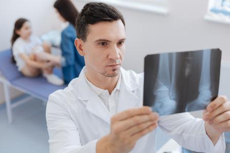 luxacion: Grave cirujano confía en estudiar una foto de rayos X