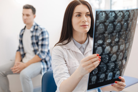 Beautiful attractive doctor holding an X ray photo Stockfoto