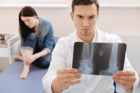 X 線イメージを保持して深刻な経験豊富なリウマチ専門医