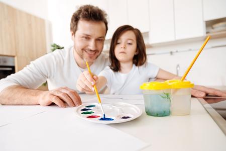 estereotipo: Niña tomando color azul de la paleta