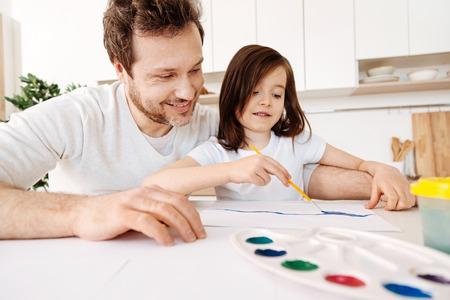 estereotipo: Feliz padre viendo a su hija pintura