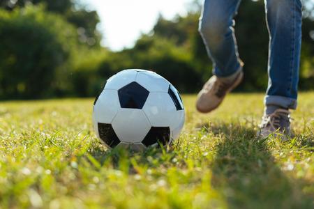 모험을 좋아하는 귀여운 아이가 공을 때린다.