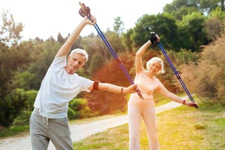 Blije actieve mensen die fysieke oefeningen doen