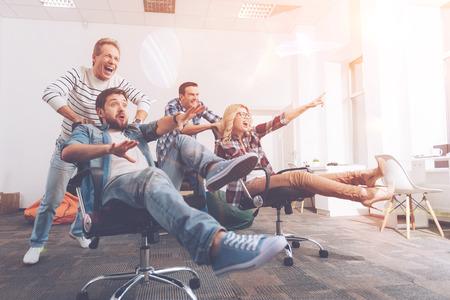 Nette lächelnde Kollegen , die Rest im Büro haben