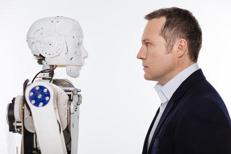 Ontwikkelaar en de robot starend op elkaar