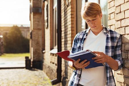 fraternidad: Hombre productivo soñador mirando a través de sus notas
