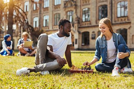 Maravillosos amigos brillantes jugando al ajedrez