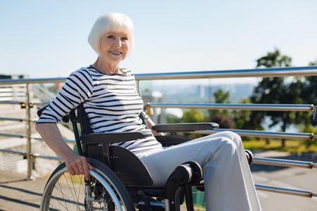 Inspirierende lebhafte Frau, die den Stuhl dreht Standard-Bild - 82914452