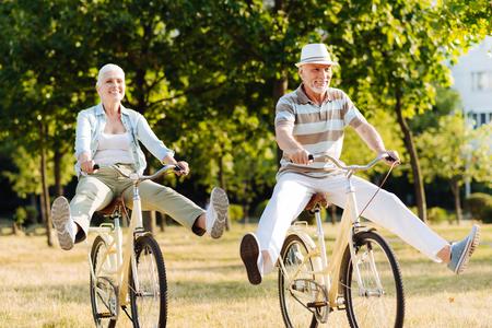 즐거운 여자 사이클링 동안 행복을 느끼는
