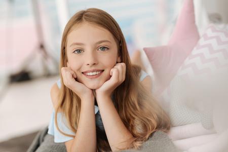천국의 아름다움을 카메라에 미소 짓는 소녀