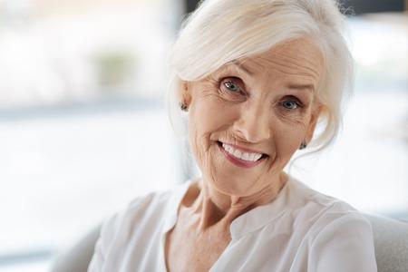 Glückliche frohe Frau, die in einer guten Stimmung ist Standard-Bild - 83991904